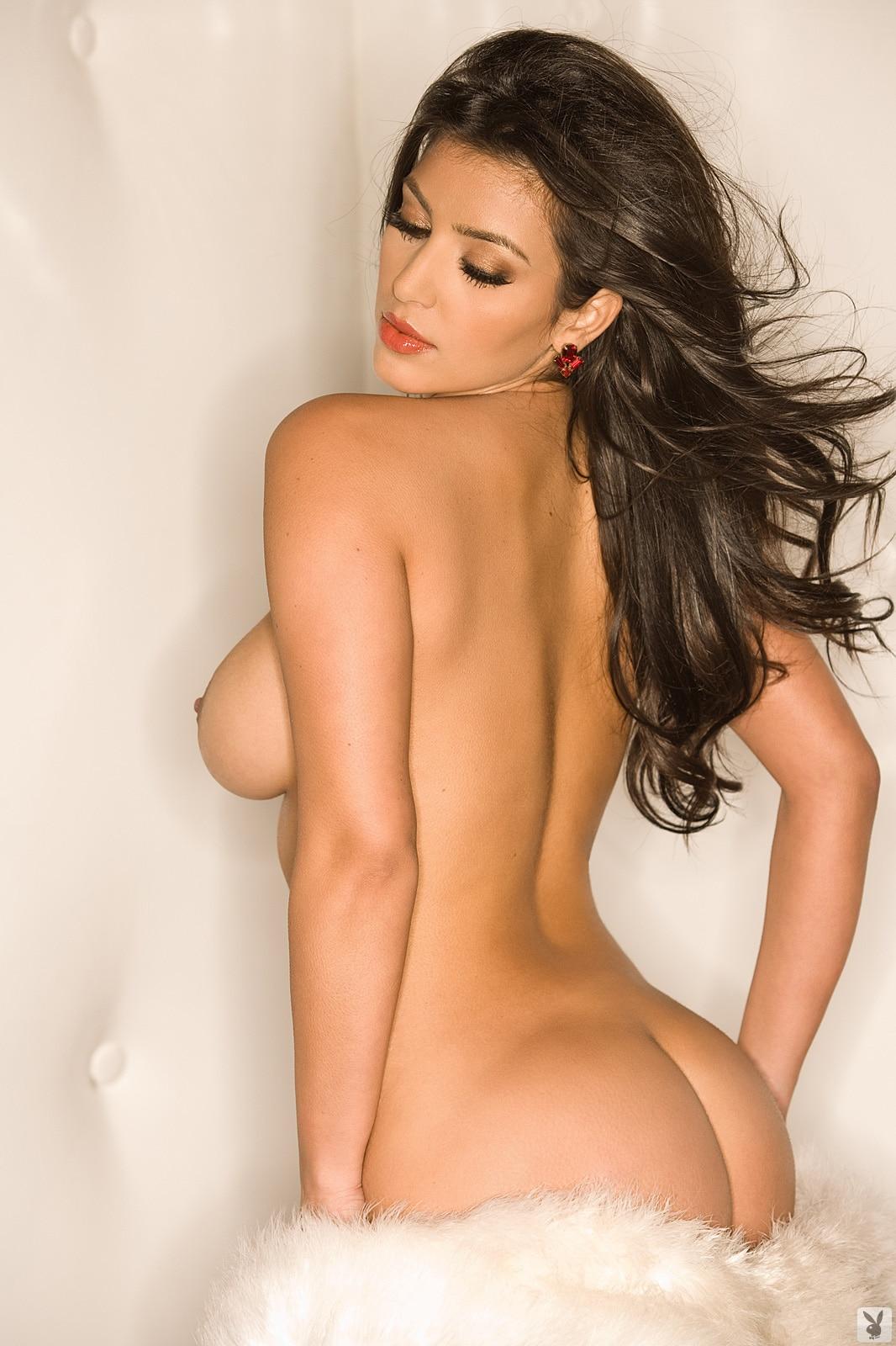 kim kardashian sexy pose