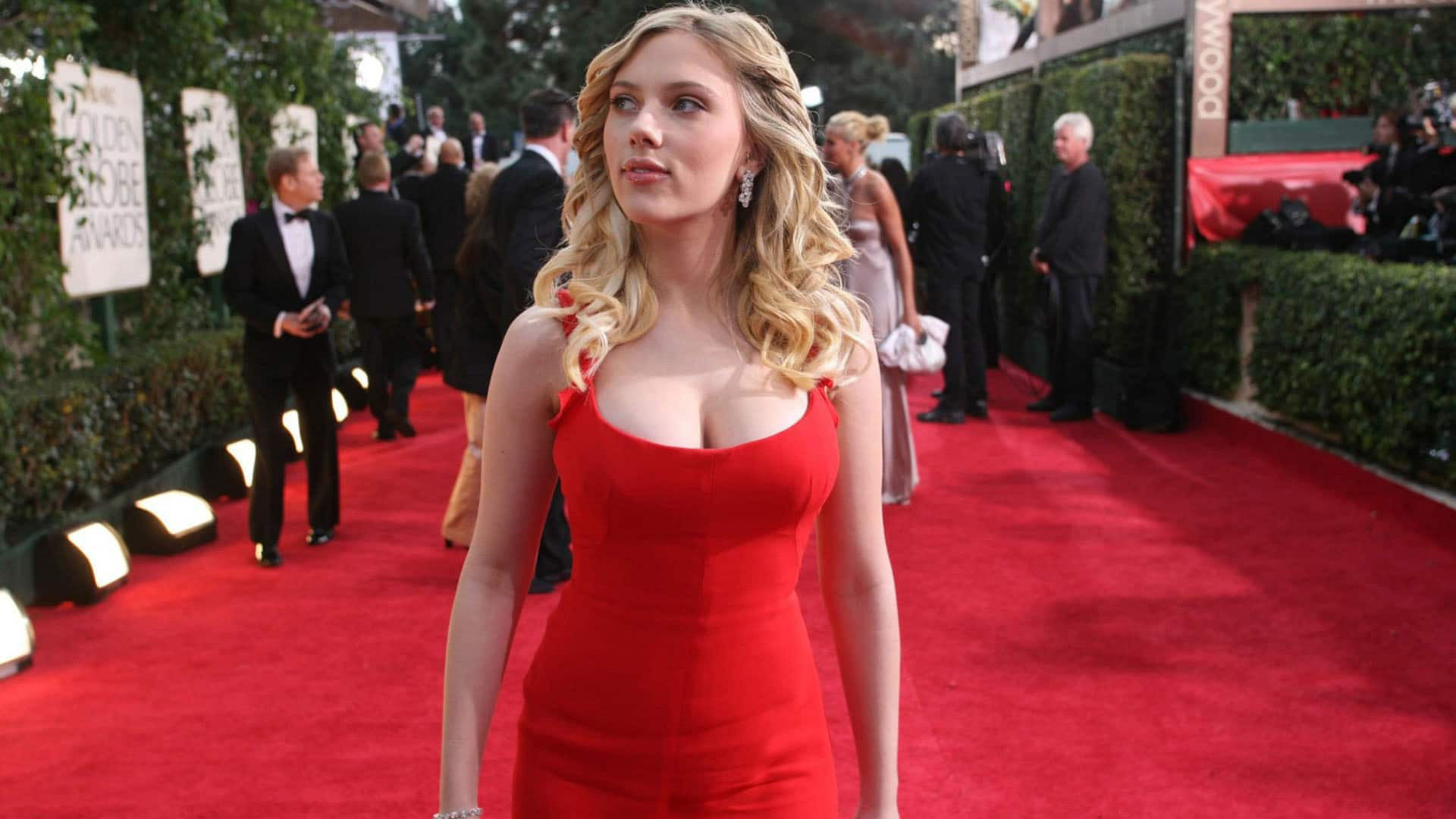 Scarlett Johansson cleavage exposed (1)