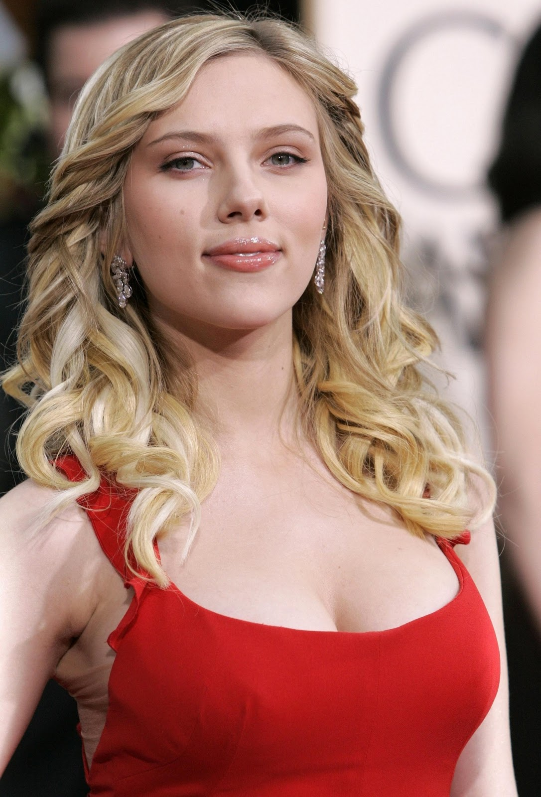 Scarlett Johansson cleavage exposed (2)