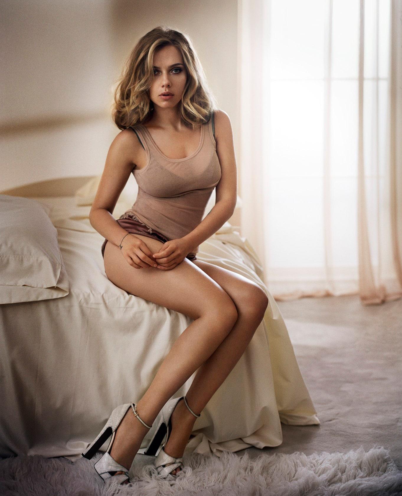 Scarlett Johansson sexy legs