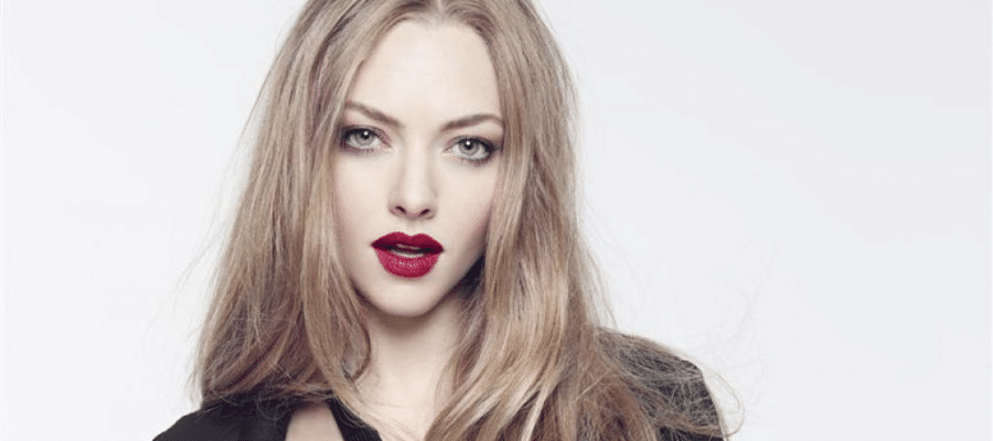 sexy pic of amanda seyfried with red lips and looking seductive