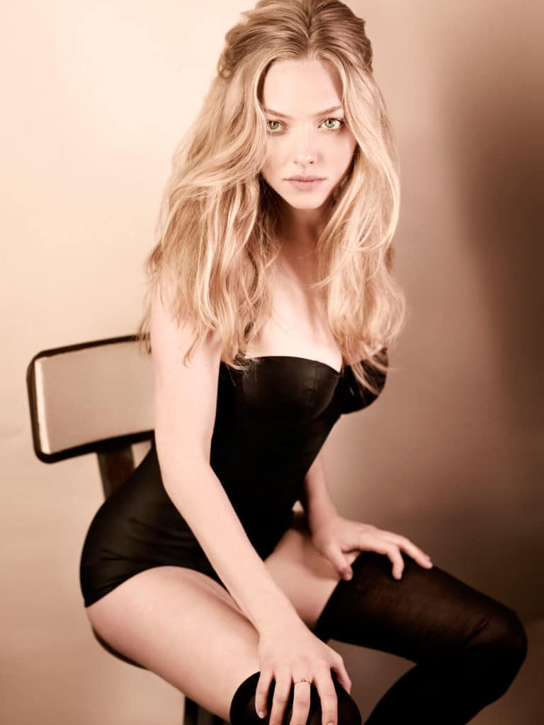beautiful actress amanda seyfried looking hot in black lingerie