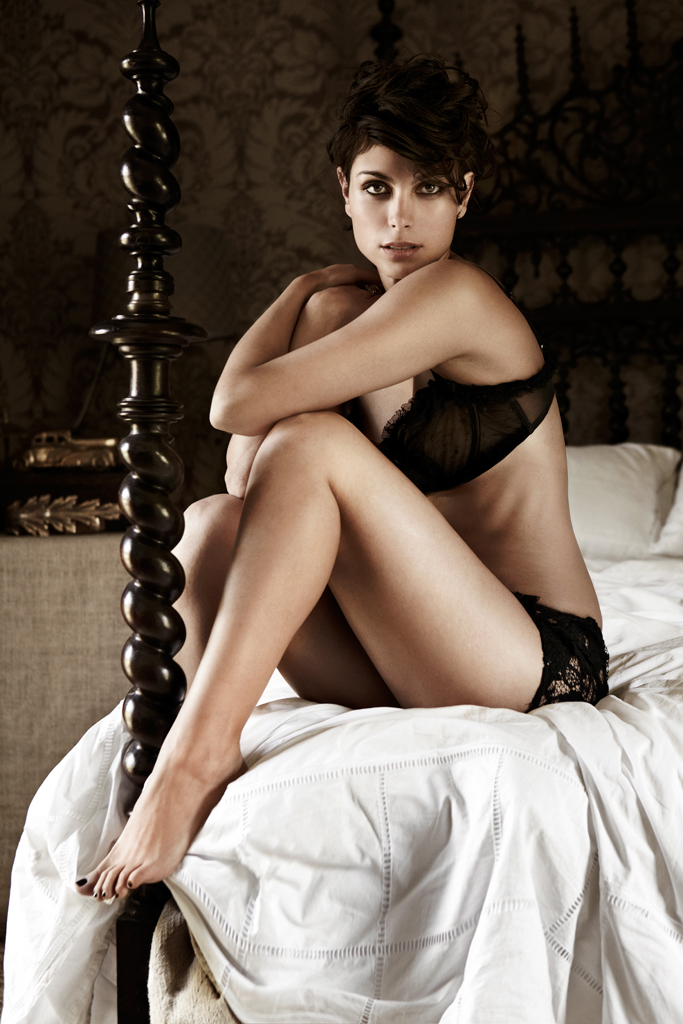 Morena Baccarin pussy show