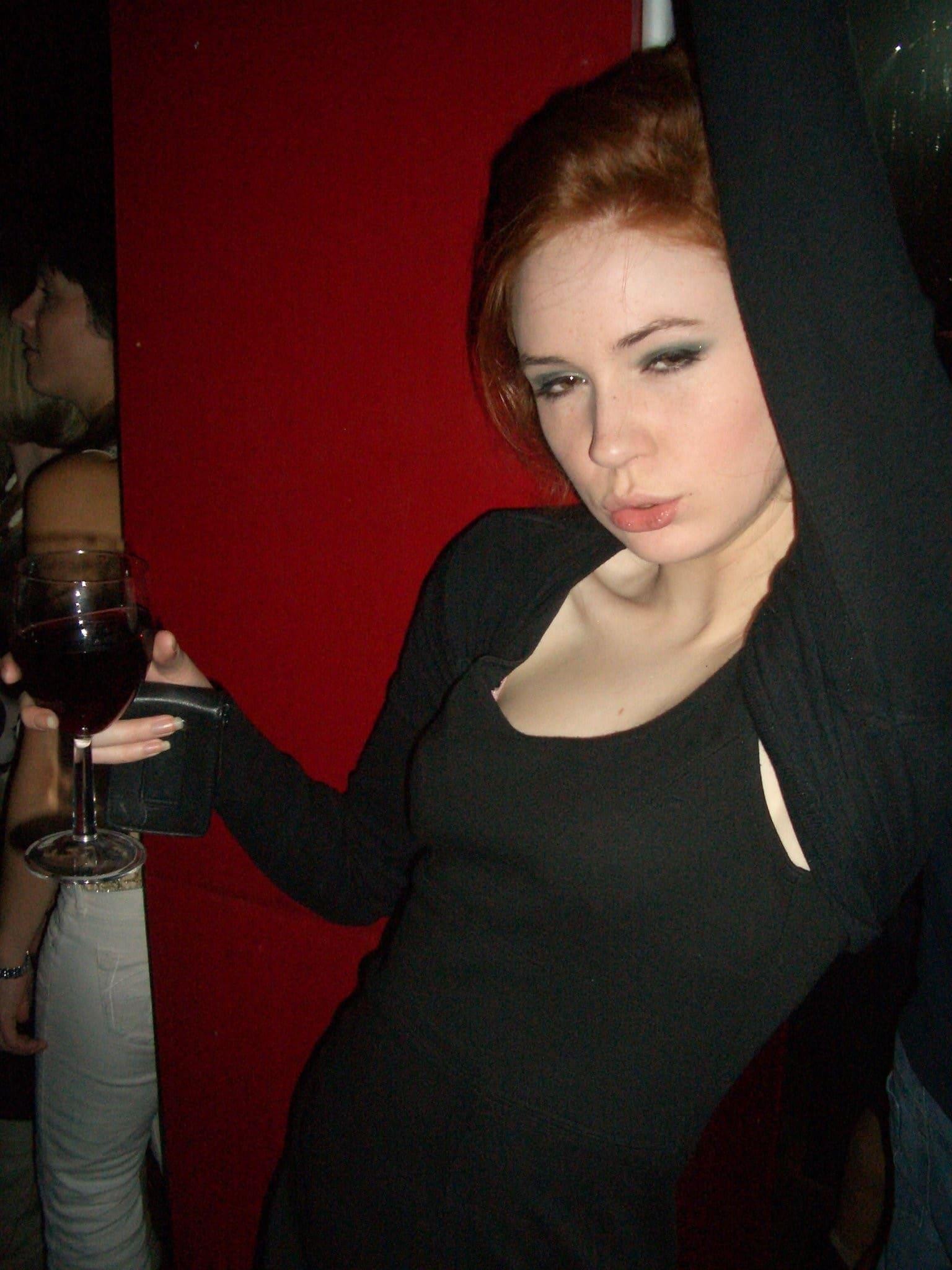 Karen Gillan pose