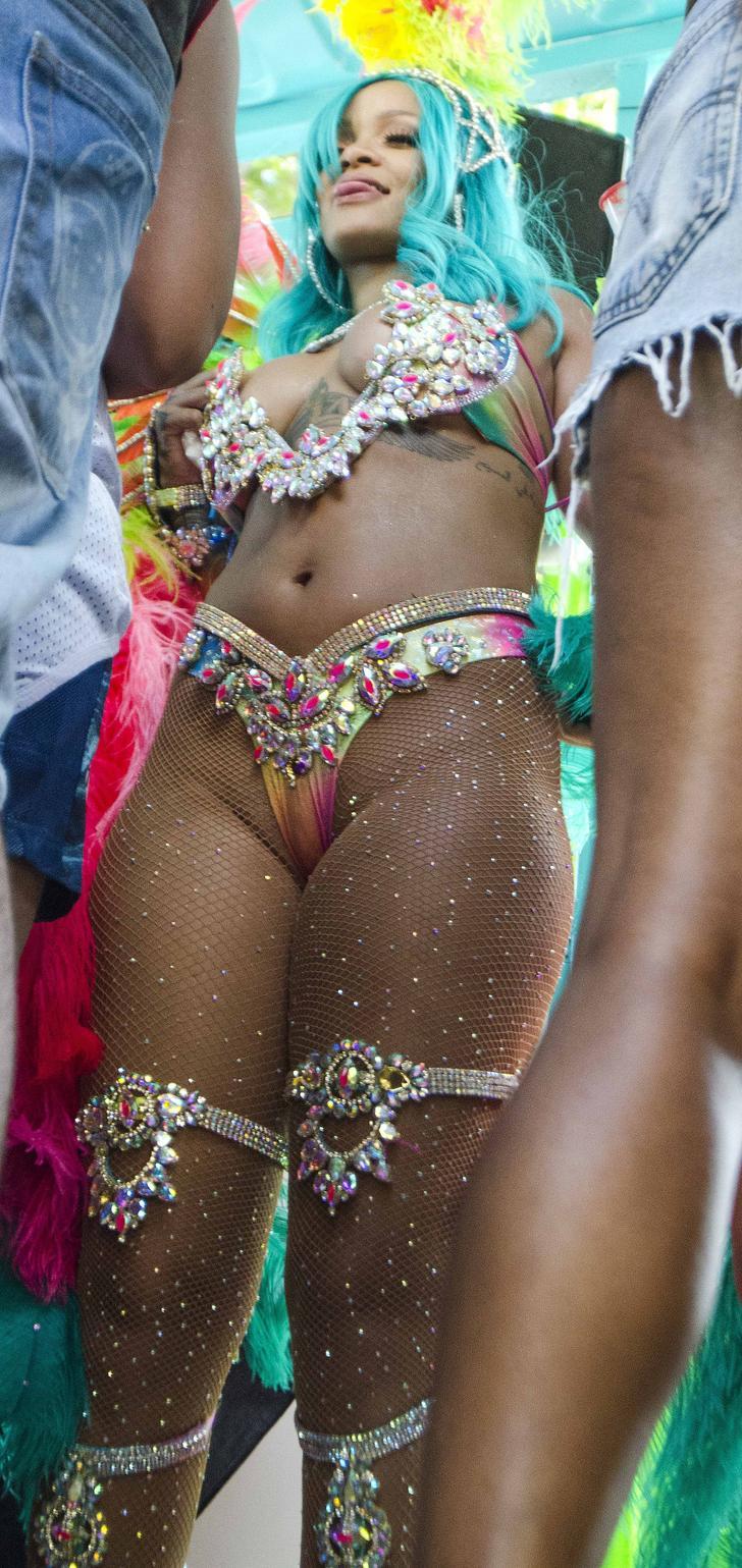 Rihanna curvy big boobs