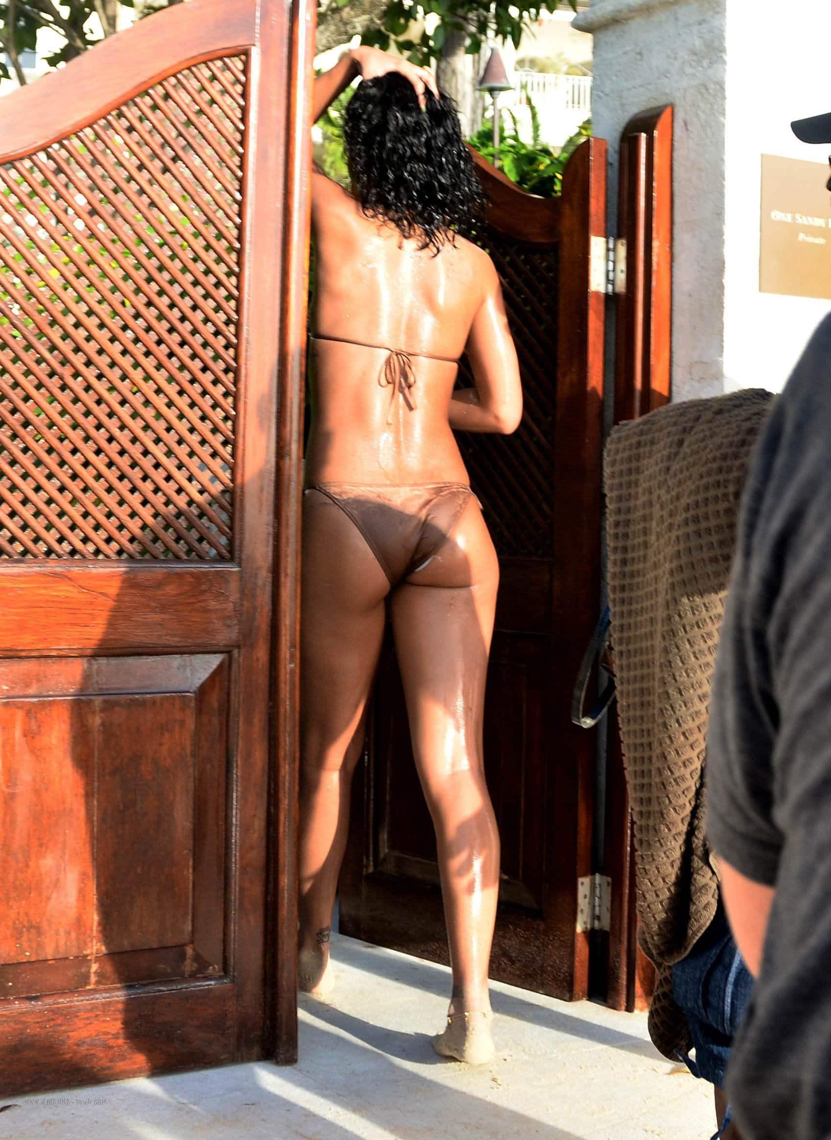Rihanna hot bare butt