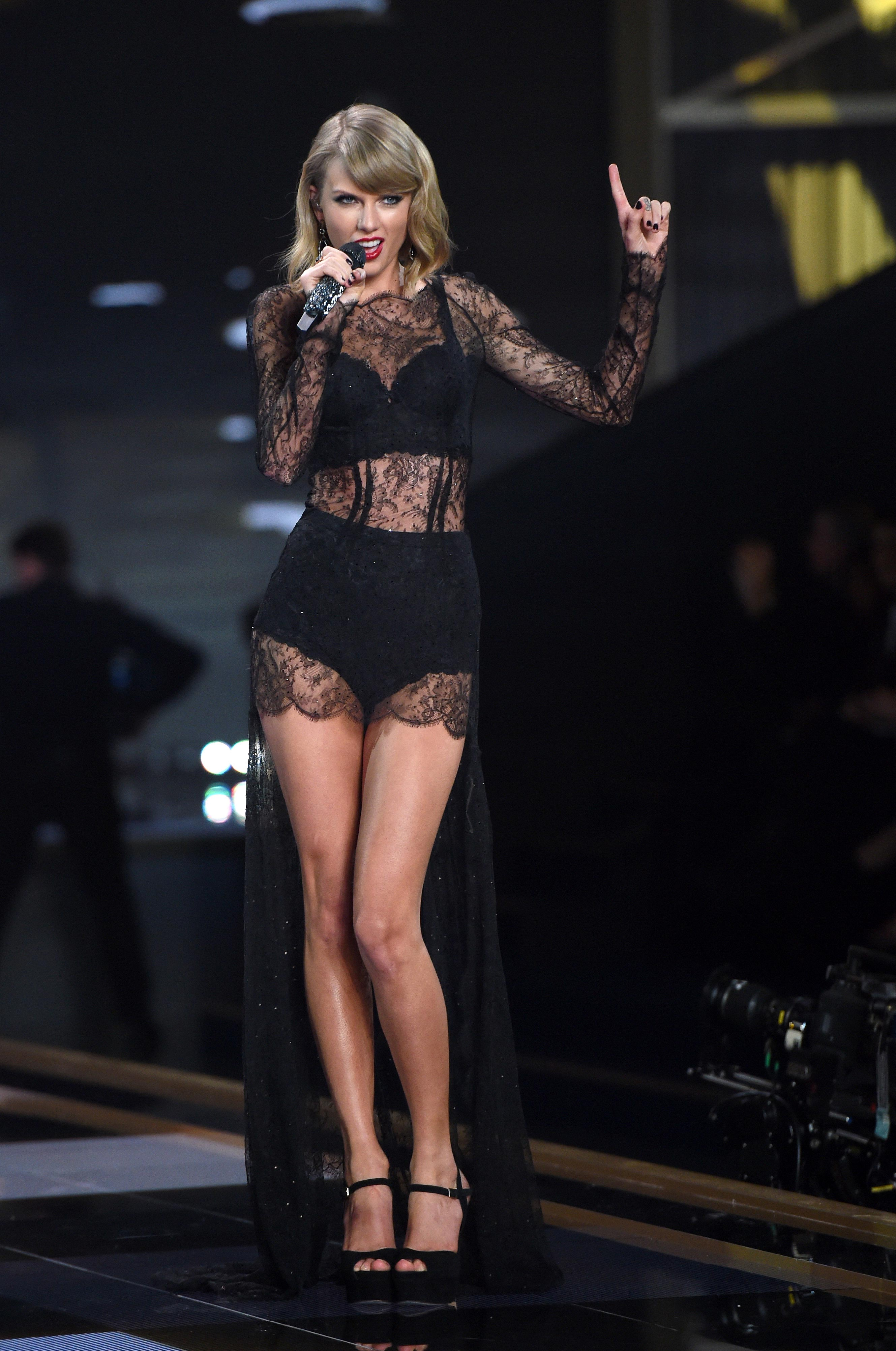 Taylor Swift natural tits
