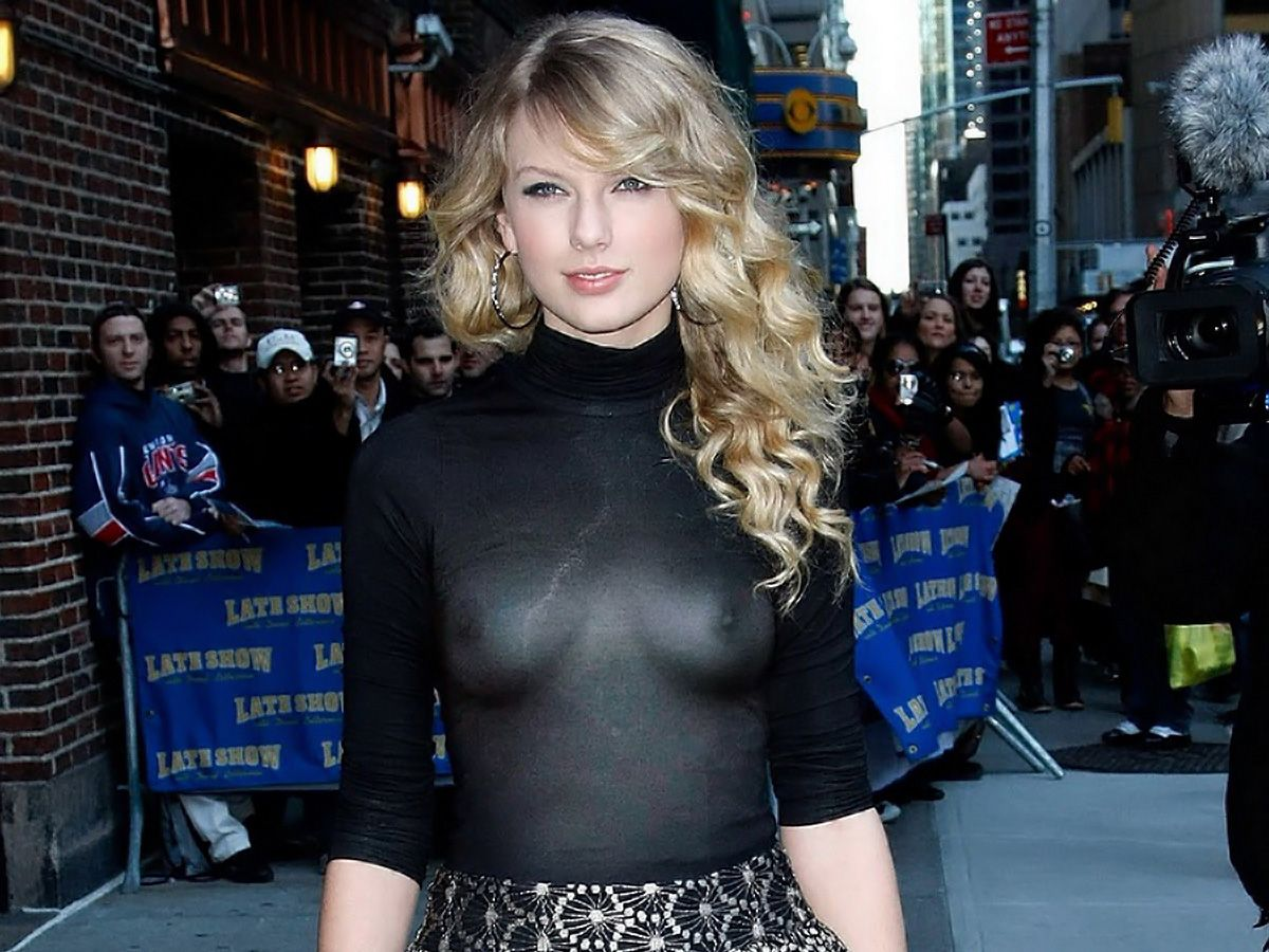 Taylor Swift showing boobs